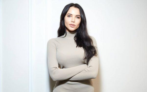 Анастасия Решетова в свитере