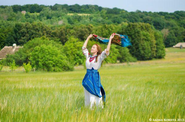 Девушка с платком в поле