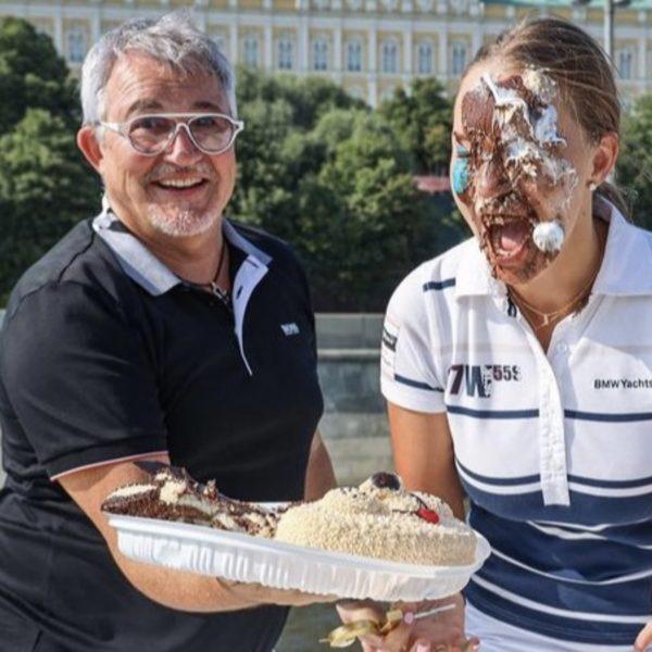 Полина Диброва с тортом на лице