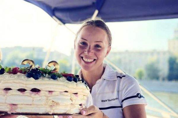 Полина Диброва с тортом