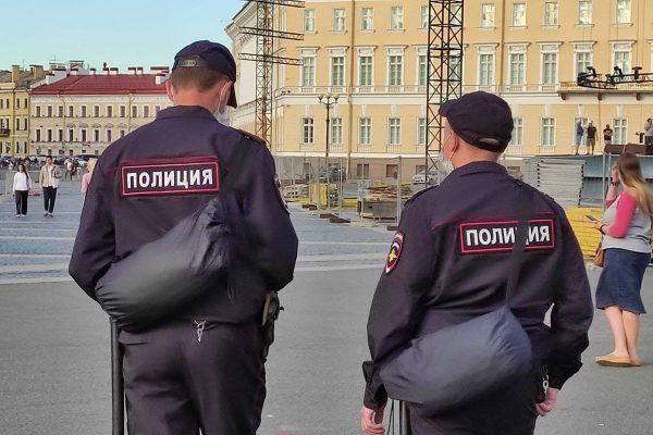 Два милиционера спиной
