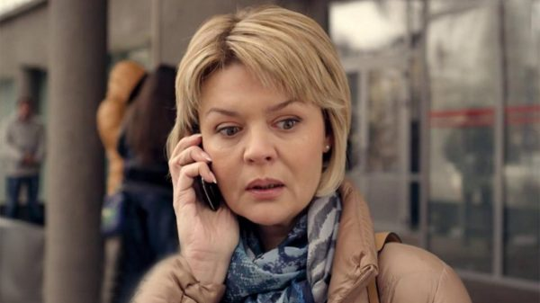 Юлия Меньшова говорит по телефону