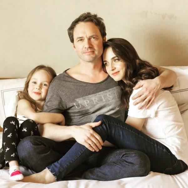 Анна Снаткина с дочкой и мужем