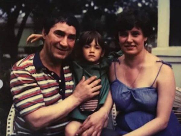 Спартак Мишулин с женой и дочкой