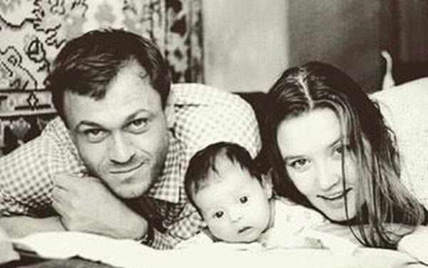 Владимир Меньшов с женой и дочкой
