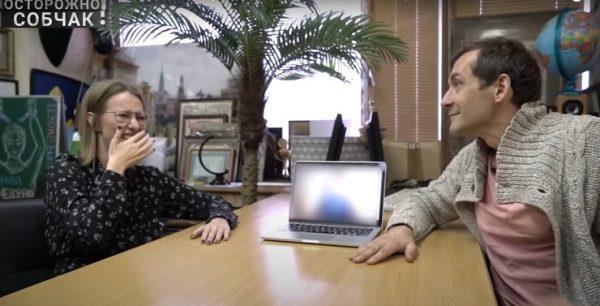 """Гость советует Ксении не показывать спальню Волочковой, кадр из шоу """"Осторожно, Собчак!"""""""