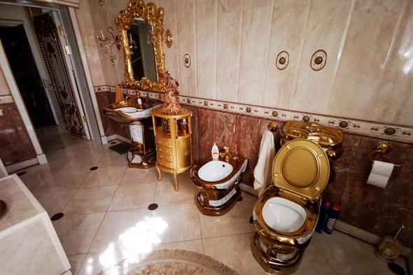 Раковина и унитаз в золоте:))))))))))))) А вообще, хороший металл. Следовало всю ванную из него сделать:)