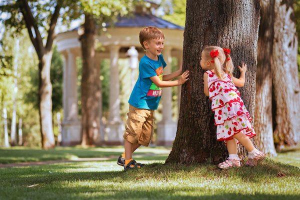 Беспечные дети в парке