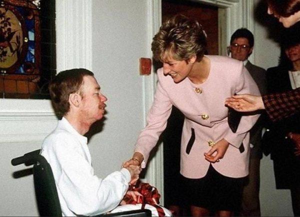 Принцесса Диана и ВИЧ-инфицированный человек. Фото spid.center