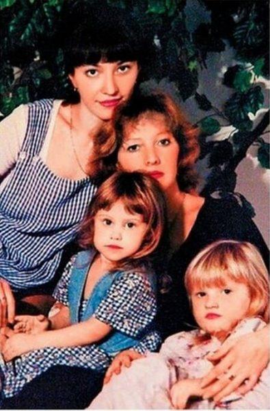 Елена Проклова, дочери Арина и Полина, внучка Алиса