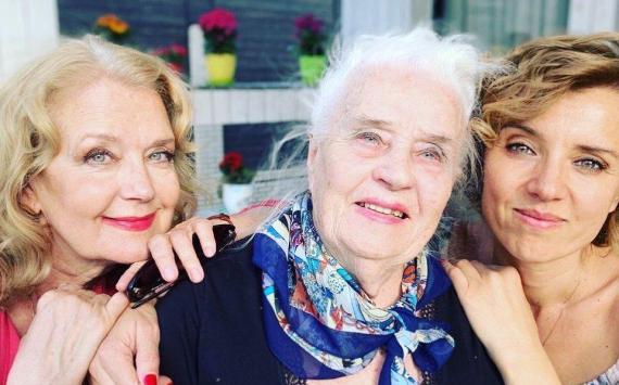 Ксения Алфëрова с мамой и бабушкой