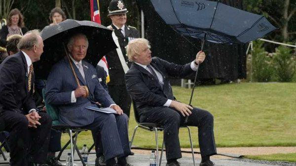 Борис Джонсон и его зонт. Фото apnews.com