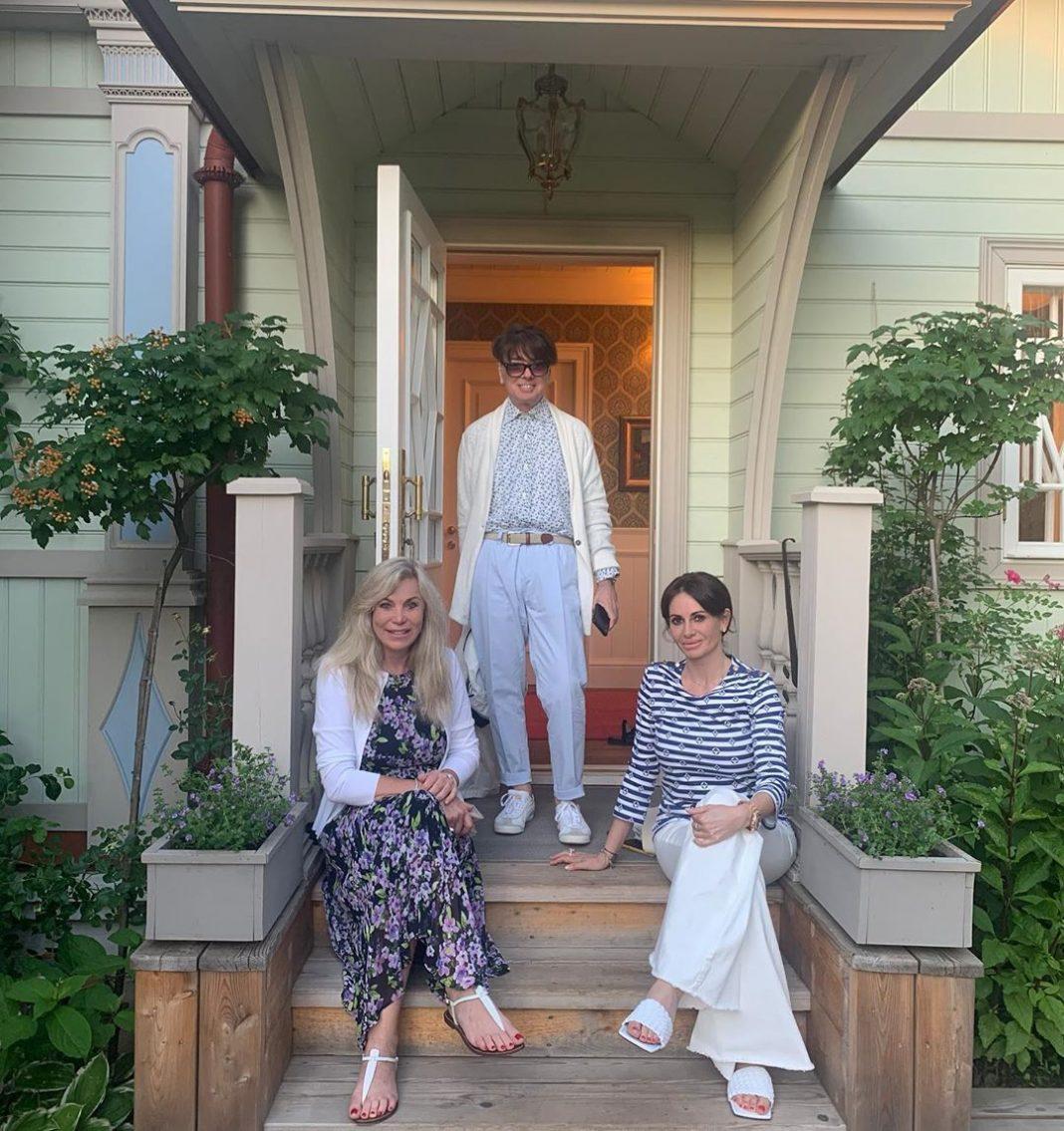 Валентин Юдашкин с женой и дочкой на пороге своего дома. Фото odnaminyta.com