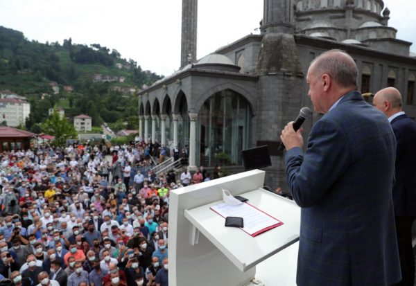 Маразм крепчал: Эрдоган швыряет в толпу пострадавших от потопа людей воду