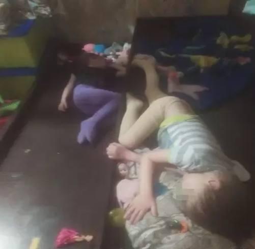 Старшие дети спят на полу. Фото: предоставлено Надеждой, героиней материала, а также Анной Тажеевой. Источник: nsk.kp.ru
