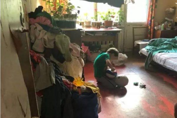 Дети на полу.