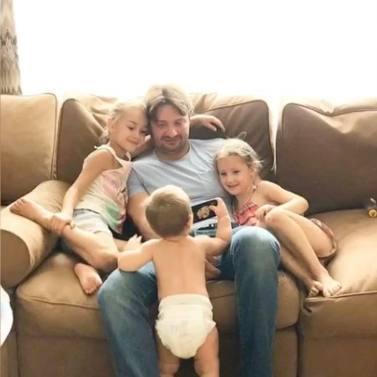 Эдгард Запашный с дочками и маленьким Даниэлем. Фото Инстаграм