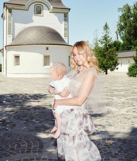 Кто родил сына Рудковской и Плющенко и сколько денег она за это получила