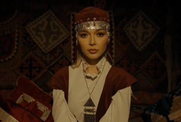 Эрика Герцег в казахской одежде
