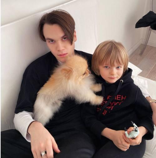 Старший сын Рудковской Николай Батурин и средний Саша Плющенко с Панчиком