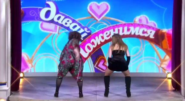 """Роза Сябитова (слева) танцует тверк с участницей шоу """"Давай поженимся"""""""