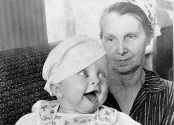 Иван Охлобыстин в детстве с бабушкой. Фото uznayvse.ru
