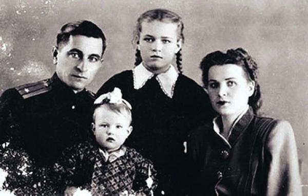 Людмила Чурсина в детстве с родителями и сестрой.