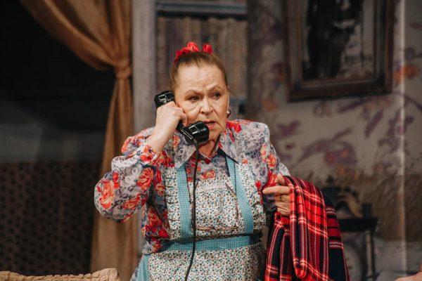 Раиса Рязанова говорит по телефону
