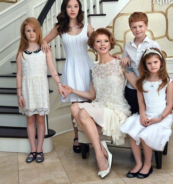 Амалия Мордвинова с детьми