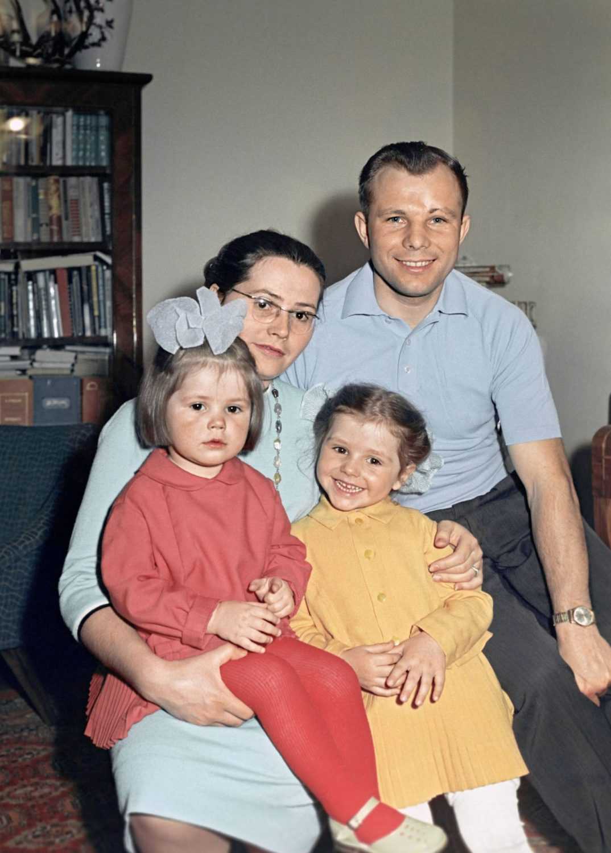 Юрий Гагарин с женой Валентиной и дочками Еленой и Галиной. Фото sputniknews