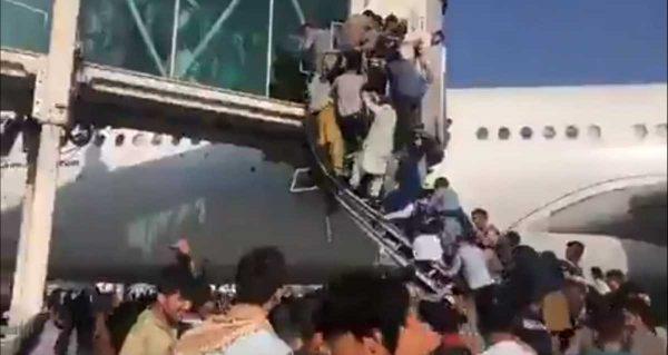 Афганцы стремятся улететь из Кабула, кадр из видео