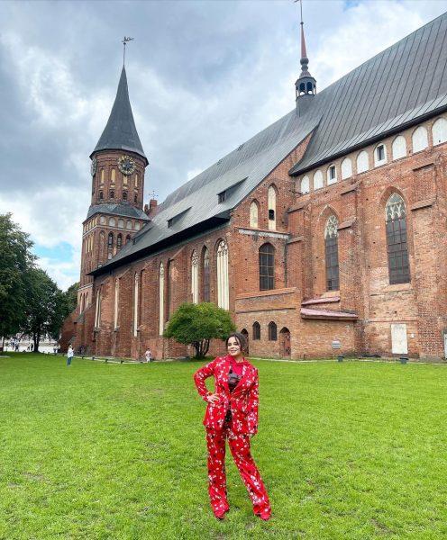 Наташа Королева гуляет по Калининграду и делает снимки на память