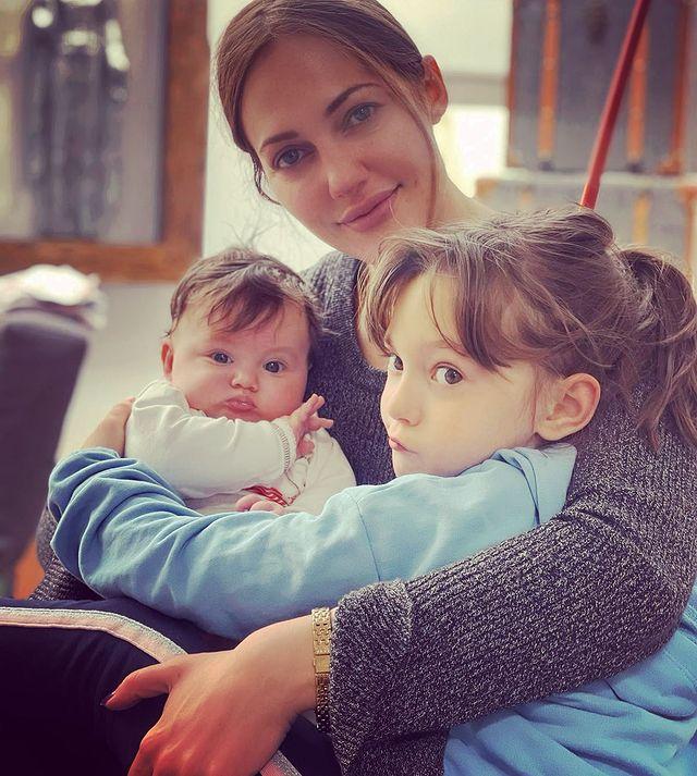 Мерьем Узерли с дочками. Фото Инстаграм