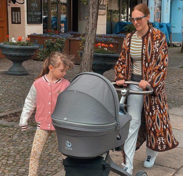 Мерьем Узерли с детьми на прогулке