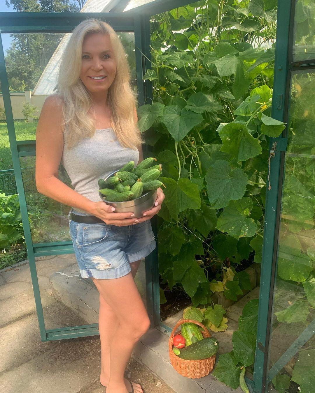 Марина Юдашкина с урожаем огурцов