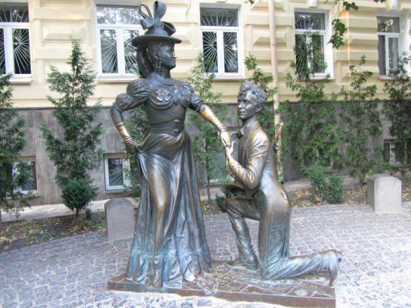 Памятник Проне Прокоповне и Голохвастову в Киеве. Фото igotoworld.com