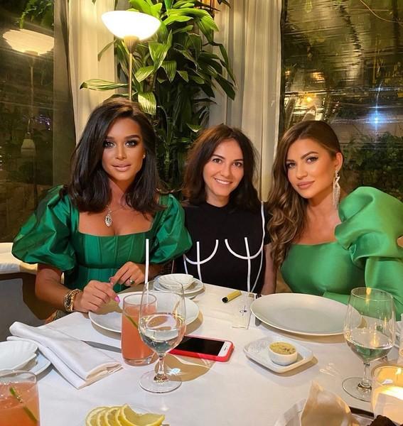 Ксения Бородина отмечает развод с подругами в ресторане,