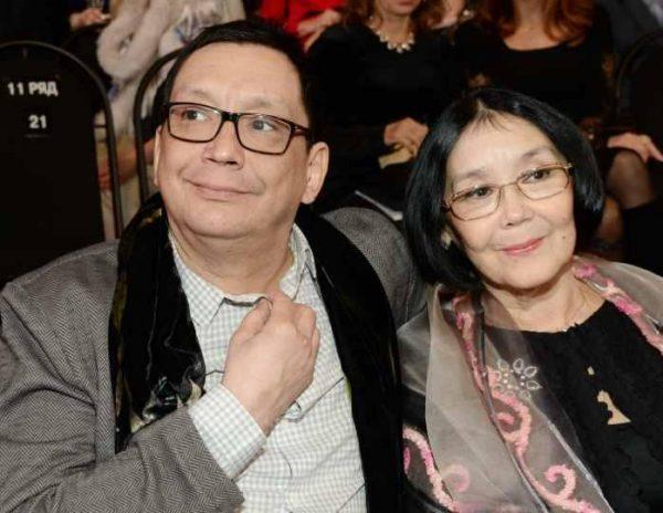 Егор Кончаловскиё с 74-летней мамой Натальей Аринбасовой в 2021 году