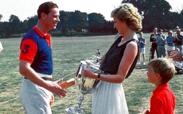 Диана вручает Джеймсу Хьюитту кубок за игру в поло,
