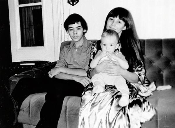 Наталья Варлей с сыновьями Василием и Александром. Фото rustars.tv