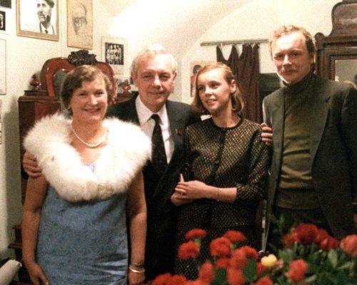 Кирилл Лавров с женой и взрослыми детьми. Фото