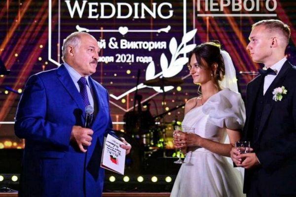 Лукашенко поздравляет внучку и её мужа с бракосочетанием