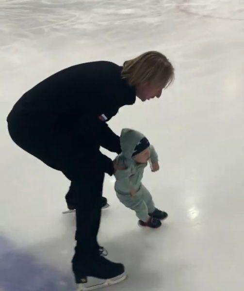 Плющенко вывел маленького Арсения на лëд
