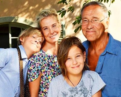 Семейное фото Кончаловского и Юлии Высоцкой с детьми. Фото wellnesso.ru