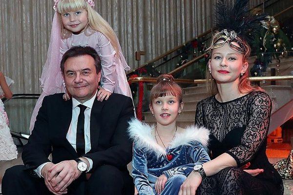 Юлия Пересильд и Алексей Учитель с детьми, фото:infodays.ru