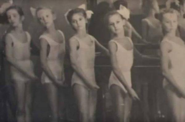 Татьяна Федотова в детстве в балетном училище (в центре). Фото stuki-druki.com
