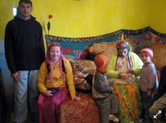 Рифка с мужем (слева) и родственниками
