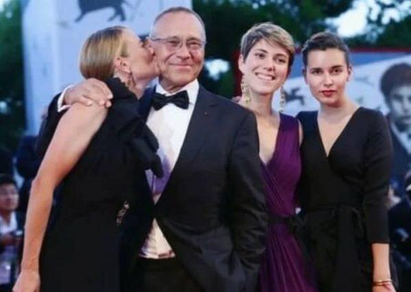 Андрей Кончаловский с женой Юлией Высоцкой и дочерьми Натальей и Еленой