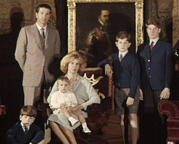 Герцогиня с первым мужем и сыновьями. Фото ru-royalty.livejournal.com