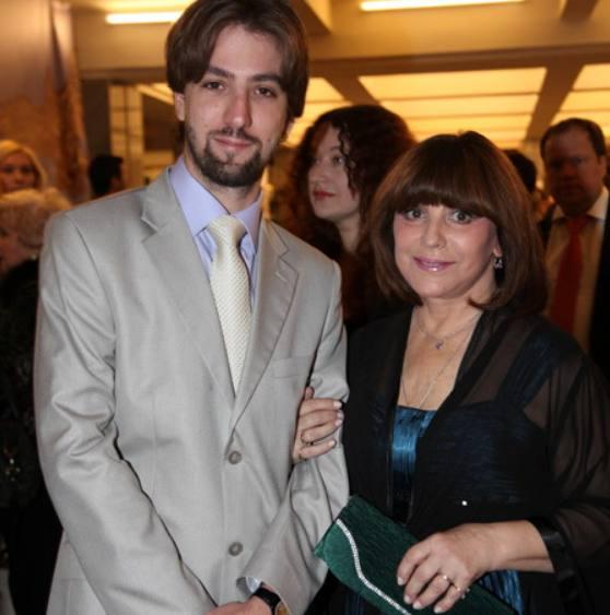 Наталья Варлей с младшим сыном Александром. Фото wellnesso.ru